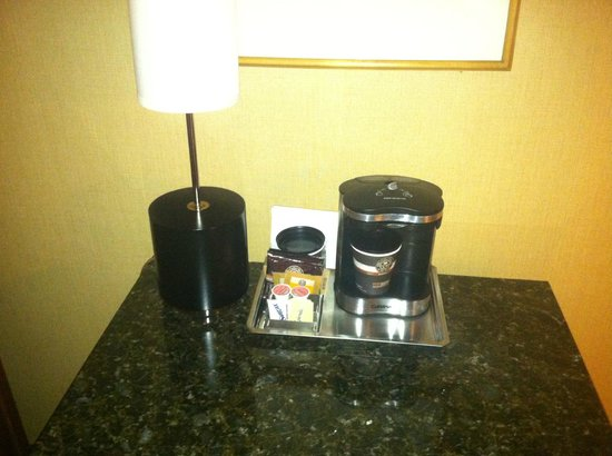 Hilton Seattle Airport & Conference Center: Single serve coffee maker with take-away cups