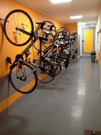Hotel Larice Bianco: Bike Room ( Secure )