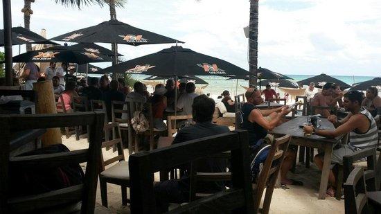 Zenzi Beach Bar & Restaurant: Wie man sieht, sind sie immer gut besetzt. :)