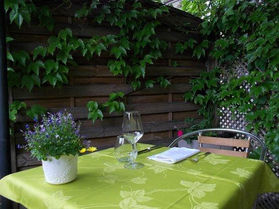une place en terrasse l 39 ombre d 39 un arbre id al pour manger tranquillement photo de le. Black Bedroom Furniture Sets. Home Design Ideas