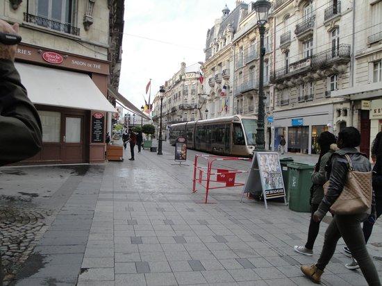 Ibis Orléans Centre : Tipica calle centrica de Orleans,muy cerca del hotel