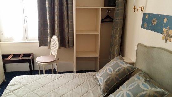 A l'Hotel des Roys : Zimmer 2 Richtung Bett