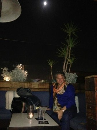 SIXTY Beverly Hills : roof top restaurant with full moon