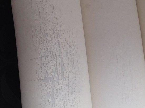 Hotel Pilar Plaza: Muebles rotos gastados y sucios