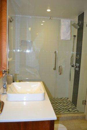 West Street Hotel: View of bathroom