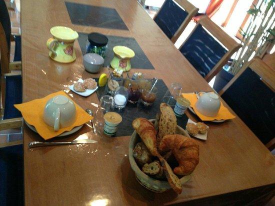 Petit Dejeuner Copieux Avec Pain Croissants Confitures Et Miel Fait Maison Fromage Blanc Pro Picture Of La Moutonnerie Gurcy Le Chatel Tripadvisor