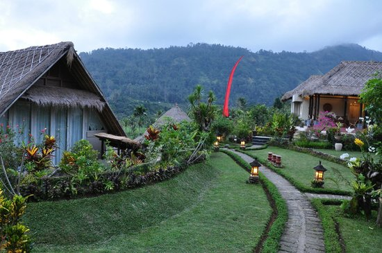 Surya Shanti Villa: Allées dans l'hôtel