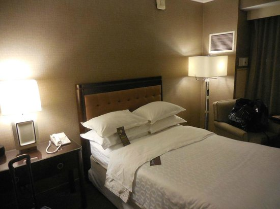 Sheraton Crescent Hotel: One of two double beds, very comfortable