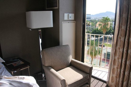 Sheraton Crescent Hotel: Room seat and balcony