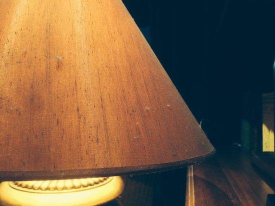 Yachthafenresidenz Hohe Düne: Verdreckte Lampe in der Bar