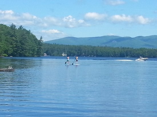 Pow-Wow Lodges & Motel : paddle boards on Mirror Lake