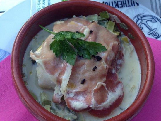 Le Globe Trotter : Cassolette de cabillaud au jambon cru sur fondue de poireaux