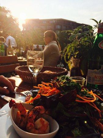 Les Halles: 19 Uhr/ Sonnenuntergang, der Salat ein Genuss