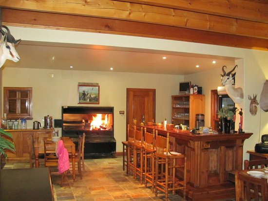 Jules of the Karoo: Bar & built-in grill next to dining room
