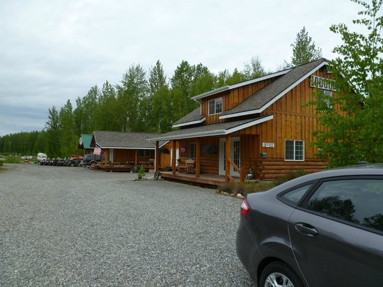 Denali Fireside Cabins & Suites: Looking towards office from parking lot