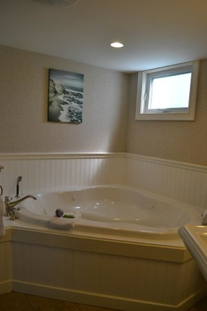 The Anchorage By the Sea: Tub view