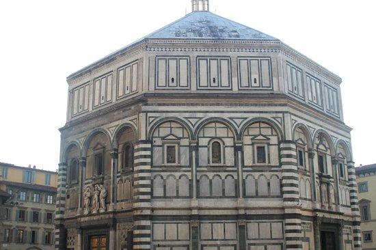 Baptistery of San Giovanni (Battistero): o batistério visto da basílica