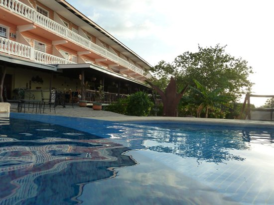 Cahal Pech Village Resort : Hotel view from pools