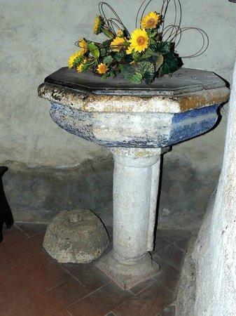 Eremo di Montesiepi: acquasantiera interno cappella