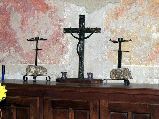 Eremo di Montesiepi: crocifisso interno capella