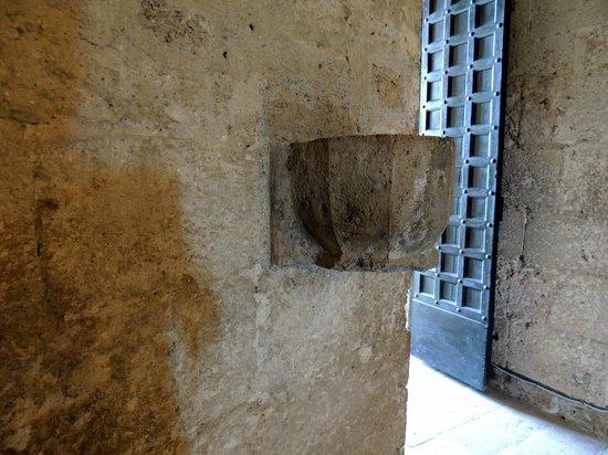 Eremo di Montesiepi: acquasantiera ingresso eremo