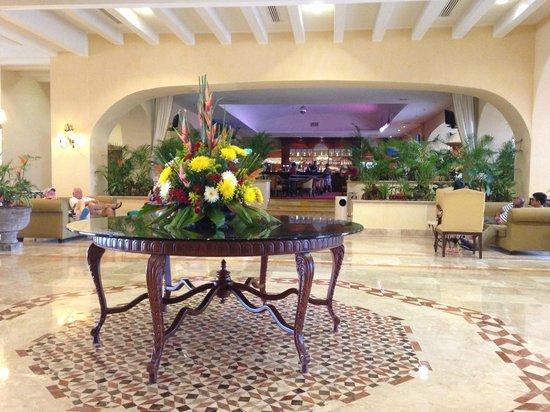 GR Solaris Cancun: Lobby area