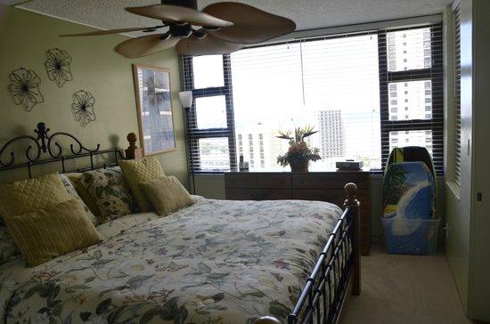 Waikiki Banyan : Bedroom with lovely views