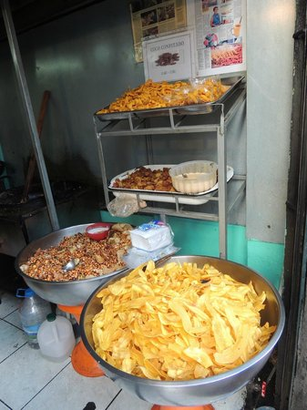 Hotel Boutique Portal de Cantuna: Freshly fried chips and roasted nuts
