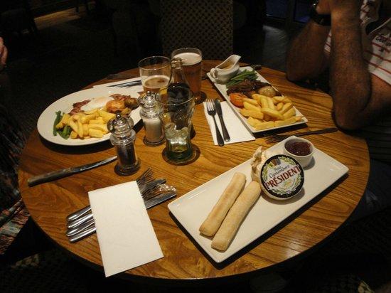 Premier Inn London Ealing Hotel: Variada carta de menues para la cena y a precios razonables teniendo en cuenta que estas en LOnd
