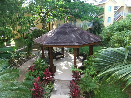 Jewel Paradise Cove Resort & Spa Runaway Bay, Curio Collection by Hilton: Gazebo in garden area