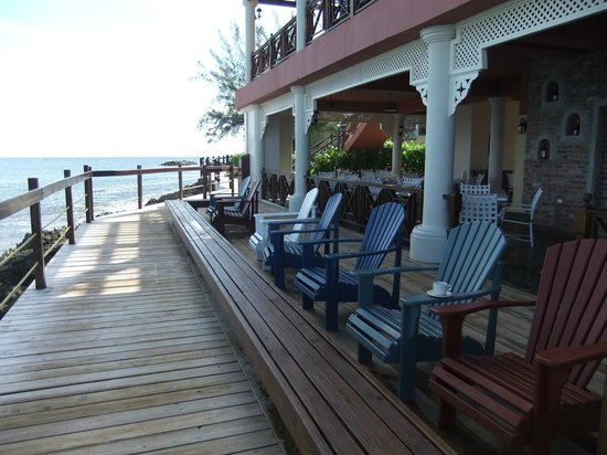 Jewel Paradise Cove Resort & Spa Runaway Bay, Curio Collection by Hilton: Sitting area in front of Italian restaurant