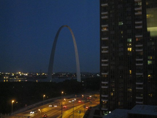 Hampton Inn - St. Louis Downtown at the Gateway Arch: Night shot of The Arch from our room