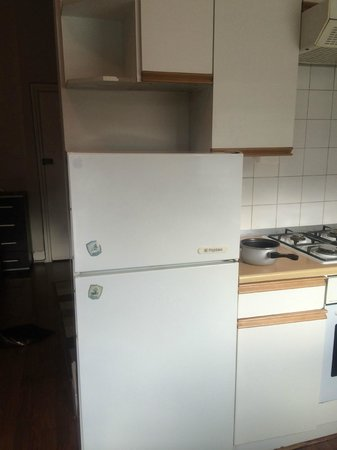 Brackenbury Serviced Apartments: Ancient fridge