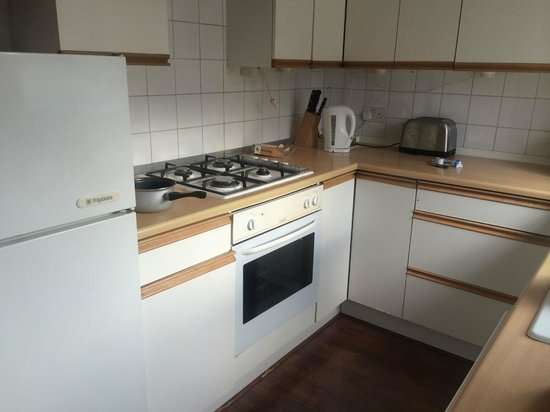 Brackenbury Serviced Apartments: Old kitchen, unlike photos advertised