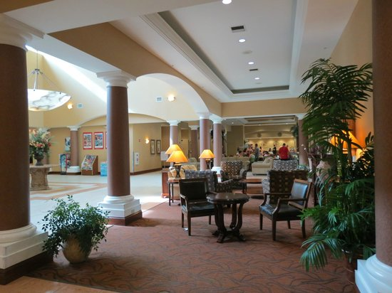 Hawthorn Suites by Wyndham Orlando Lake Buena Vista : Lobby with breakfast room in background