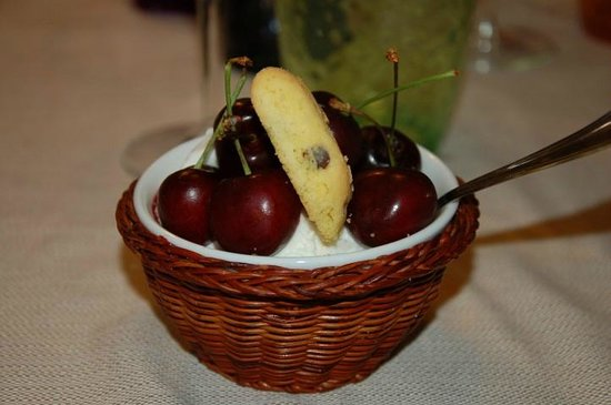 Al Saltapicchio di Sandra e Laura: fiordilatte con ciliegie
