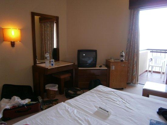 Hotel Baia Azul : Frigo, TV, Bureau