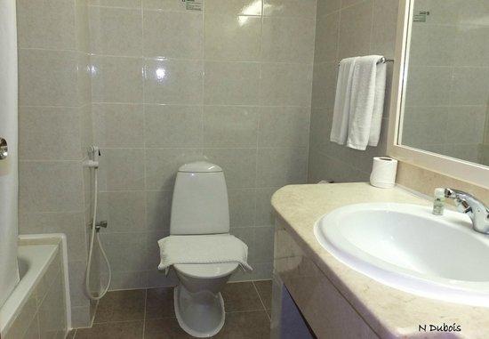 Resort Sur Beach Holiday : Salle de bain correcte