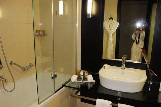 Movenpick Hotel Jumeirah Lakes Towers: Ванная комната