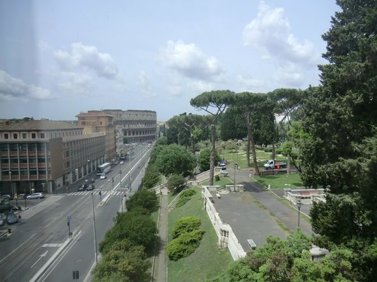Mercure Rome Colosseum Centre : View from our room balcony!