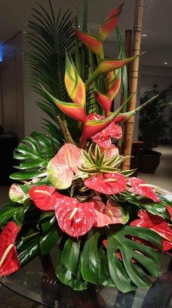 Lotus Honolulu at Diamond Head: beautiful flowers in lobby