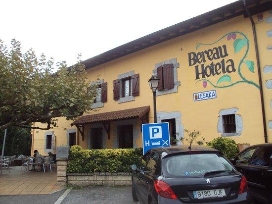 Hotel Rural Bereau : Hotel y su terraza.