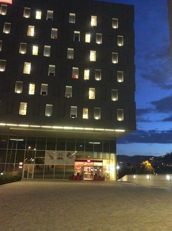 Ibis Barcelona Santa Coloma: The hotel in the evening.