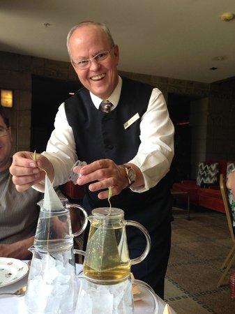 Frank & Alberts - The Arizona Biltmore: Kevin making iced brewed tea
