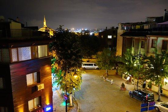 Hotel Amira Istanbul: ベランダからの眺めです。 左奥のモスクの屋根は小ソフィアだと思います。