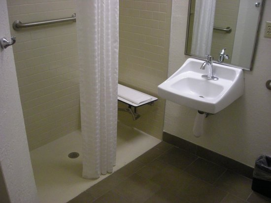 Candlewood Suites Clearwater: Big bathroom and shower