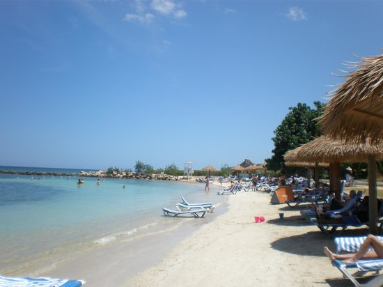 Sunscape Splash Montego Bay : The view down the beach looking away from the main resort area.