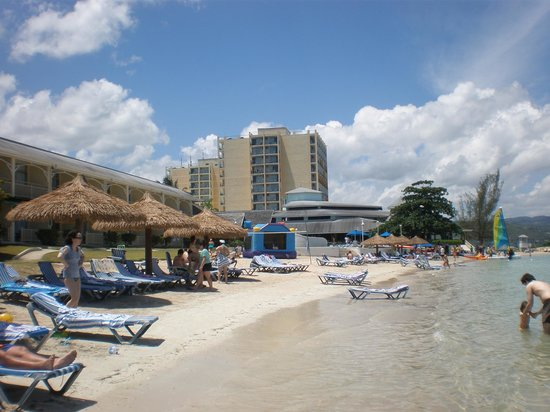 Sunscape Splash Montego Bay : Looking back along the beach toward the resort and tower A & B.