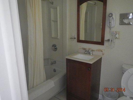 Americas Best Value Inn Brunswick : bath area