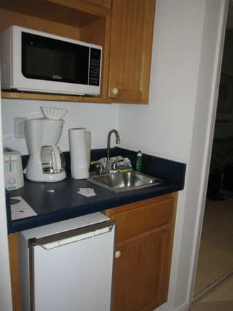 Wyndham Reef Resort: View of small fridge, micowave and coffee maker